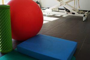 Behandlungszimmer mit rotem Gymnastikball